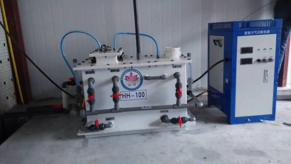 XD系列电解法二氧化氯发生器技术资料 1、先进的可调稳流电源控制系统 XD系列发生器配套可调稳流电源控制系统,采用集成电路控制,输出电流可进行数字调节,并可稳定在额定产气量内的任意值,使的发生器所产气量与处理水量相对应。控制柜内装有微电脑控制系统,能对实时监测到的数据进行处理,从而使设备全自动运行。该控制柜还集成了强大的监测和自我保护功能。对电源的缺相、相序,发生器电解槽的过温,电源整流管的过温和过流等都能进行实时监测,当超过设定值时自动进行保护,或强制停机,等工况恢复后,设备才能自动启动,确保设备不受损